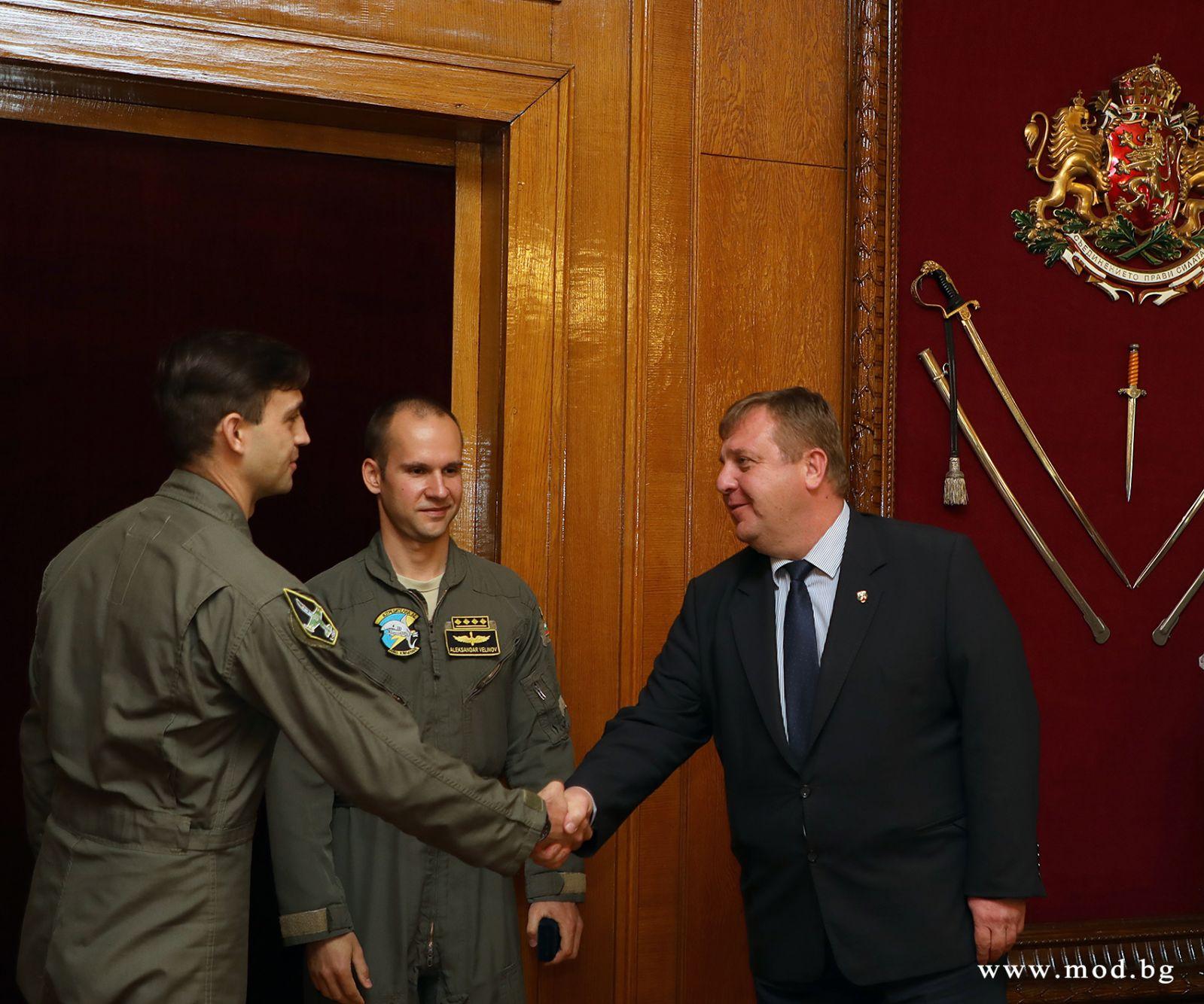 Министър Красимир Каракачанов и НО адмирал Емил Ефтимов пожелаха успех на пилотите, които ще се обучават на новия боен самолет (ГАЛЕРИЯ)