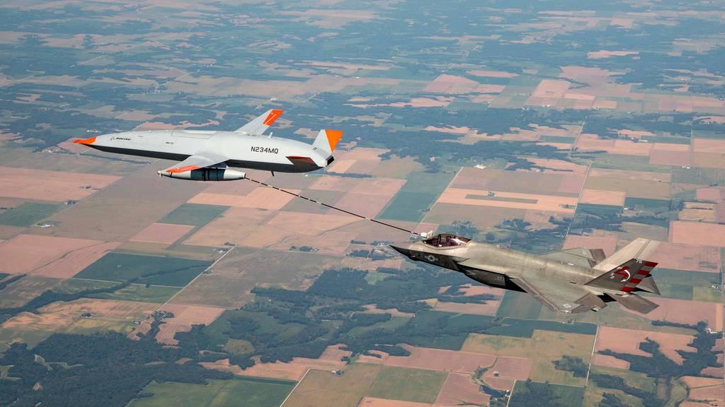 ВМС на САЩ и Boeing с първото дозареждане във въздуха между MQ-25 Stingray и F-35C