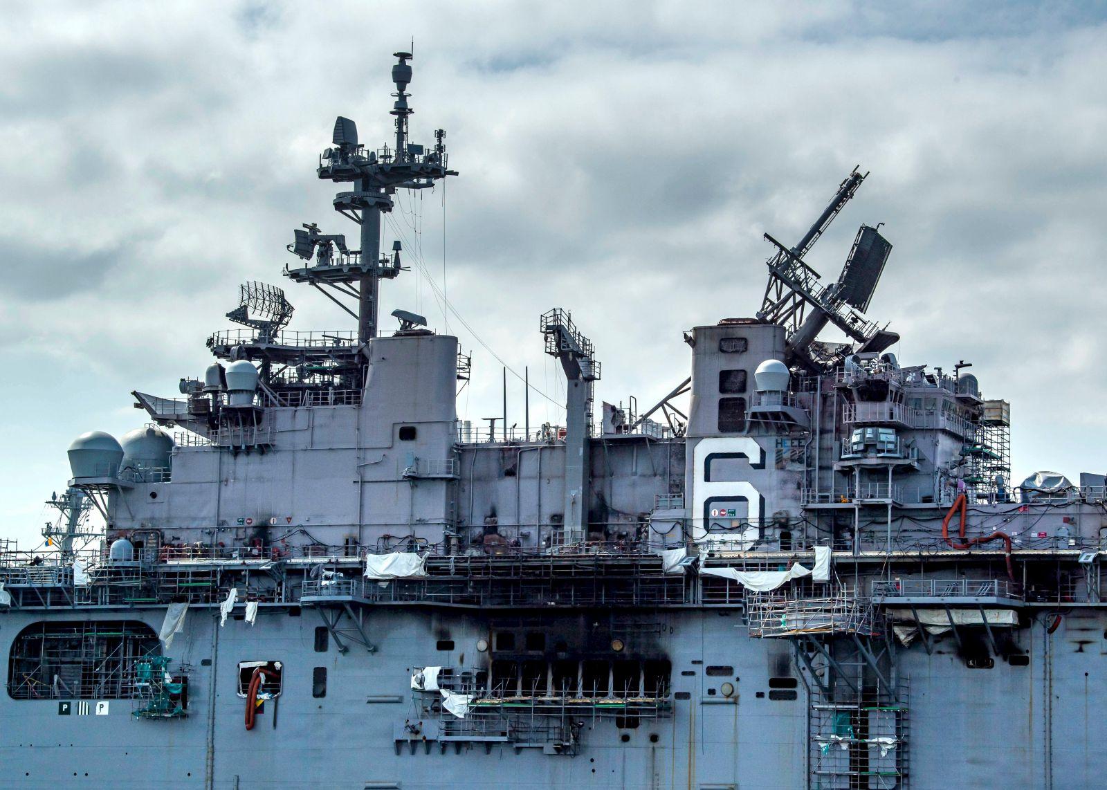 ВМС на САЩ ще бракуват десантния кораб-док USS Bonhomme Richard (LHD 6) (ГАЛЕРИЯ)
