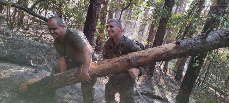 Военнослужещи от 61-ва Стрямска механизирана бригада продължават да оказват помощ в гасенето на пожара над Карлово (СНИМКИ)