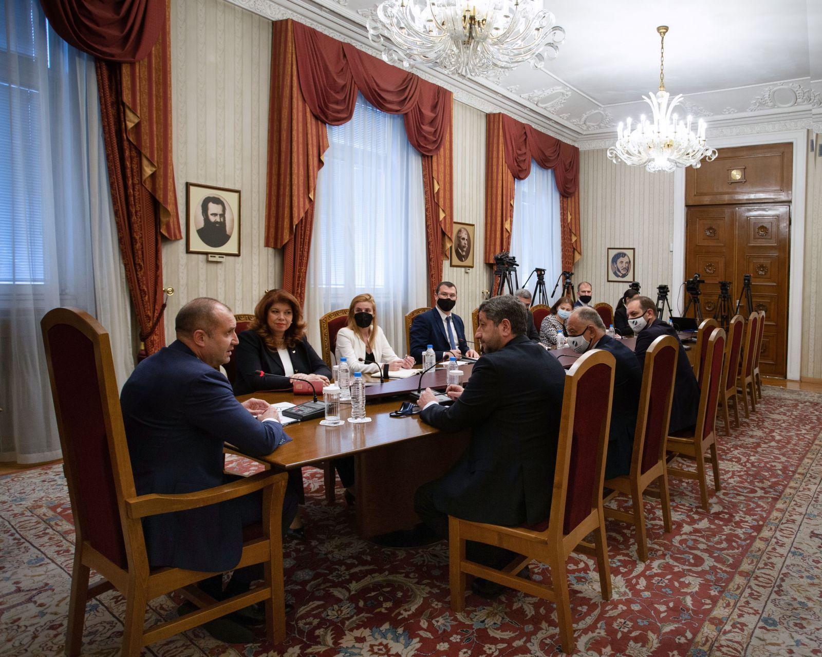 """Държавният глава проведе консултации с представители на парламентарната група на """"Демократична България"""" в 45-ото Народно събрание"""