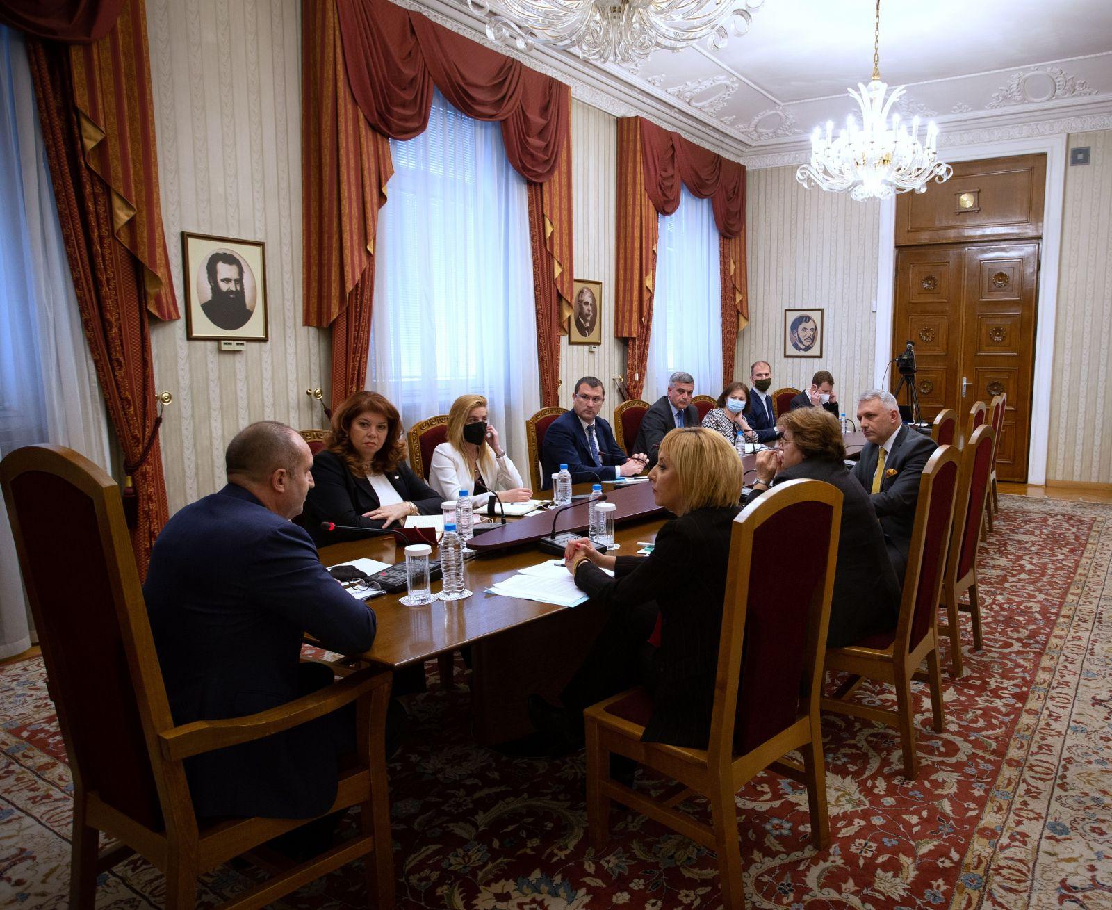 """Румен Радев проведе консултации с представители на парламентарната група  """"Изправи се! Мутри вън!"""" в 45-ото Народно събрание"""
