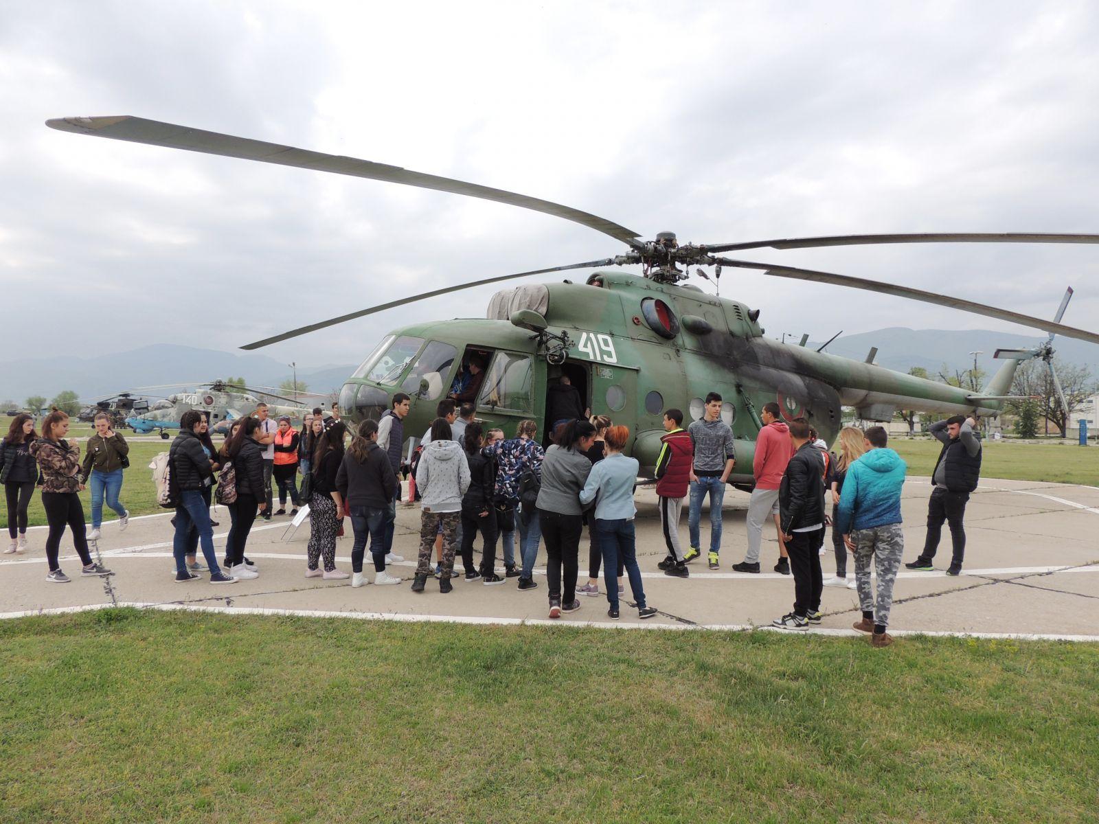 Ученици от Костинброд посетиха 24-та авиобаза