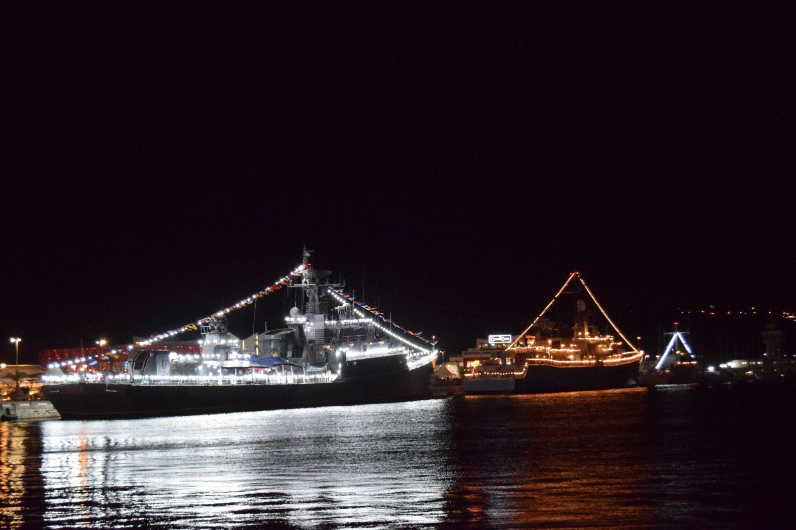 Нощната феерия на празника на ВМС с осветление и заря (ГОЛЯМА НОЩНА ПРИСТАНИЩНА ГАЛЕРИЯ)
