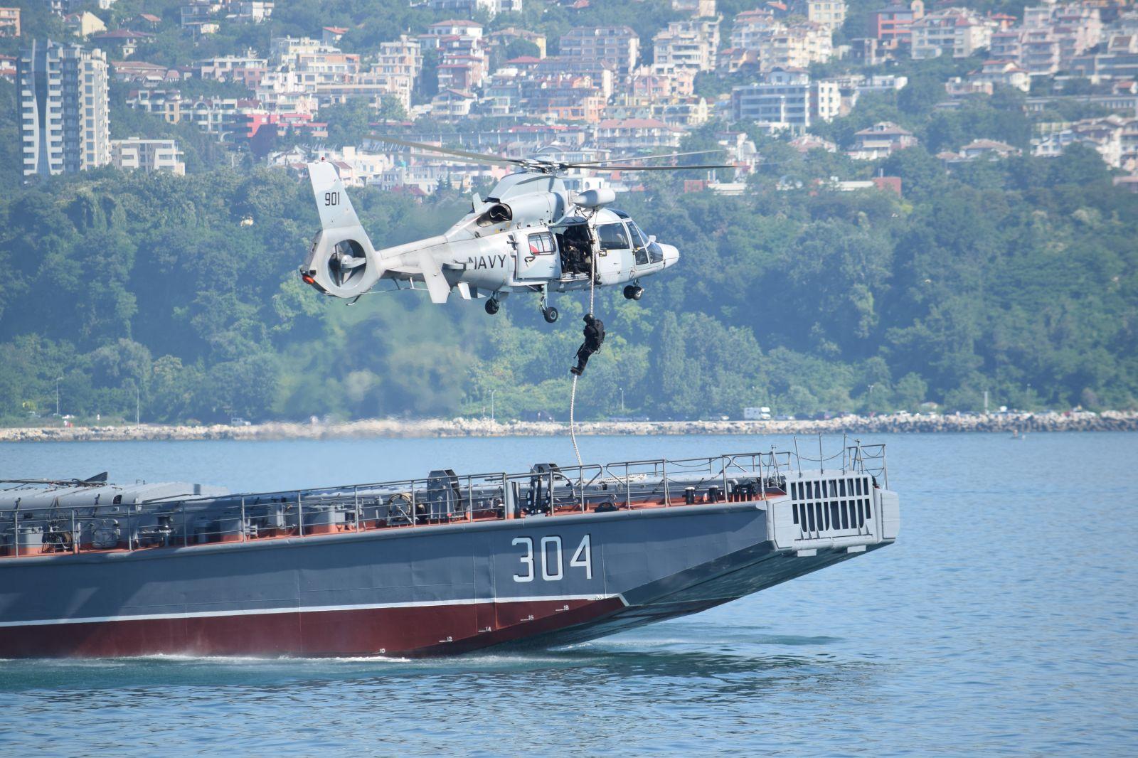 """Учението """"Бриз 2021"""" - Епизод 2 с участието на МСРО """"Тихина"""" и вертолет от авиобаза """"Чайка"""" - """"Овладяване на превзет от пирати кораб"""" (ГОЛЯМА ЕКСКЛУЗИВНА ЕКШЪН ГАЛЕРИЯ)"""