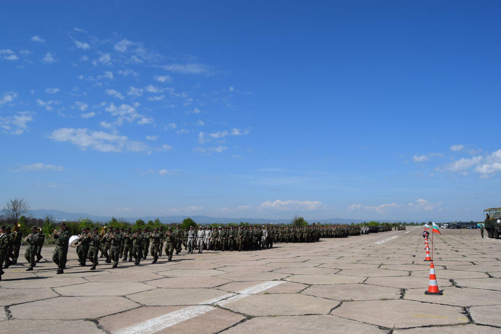 ГОРЕЩО - АРМИЯТА ПРЕВЗЕ ДОБРОСЛАВЦИ Пешият парад за 6 май тренира на бившето военно летище (ГОЛЯМА ТРЕНИРОВЪЧНА ГАЛЕРИЯ)