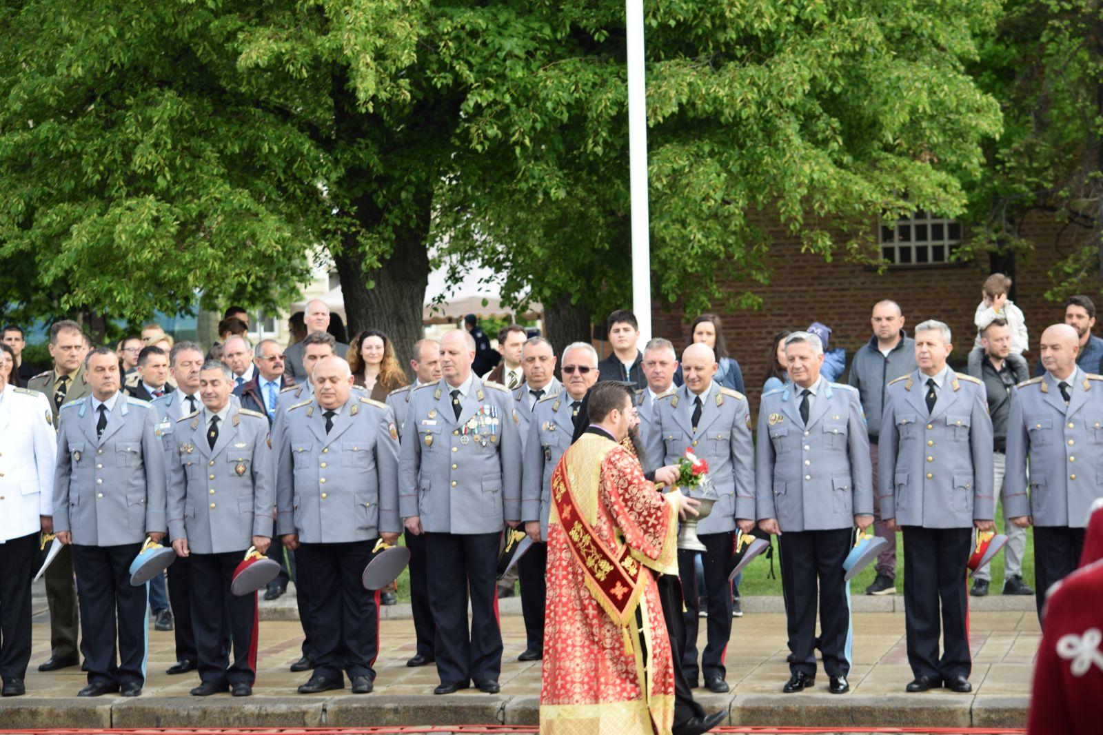 Водосвет на знамената и демонстрации на способности и техника в различни гарнизони се предвиждат за празника на армията тази година