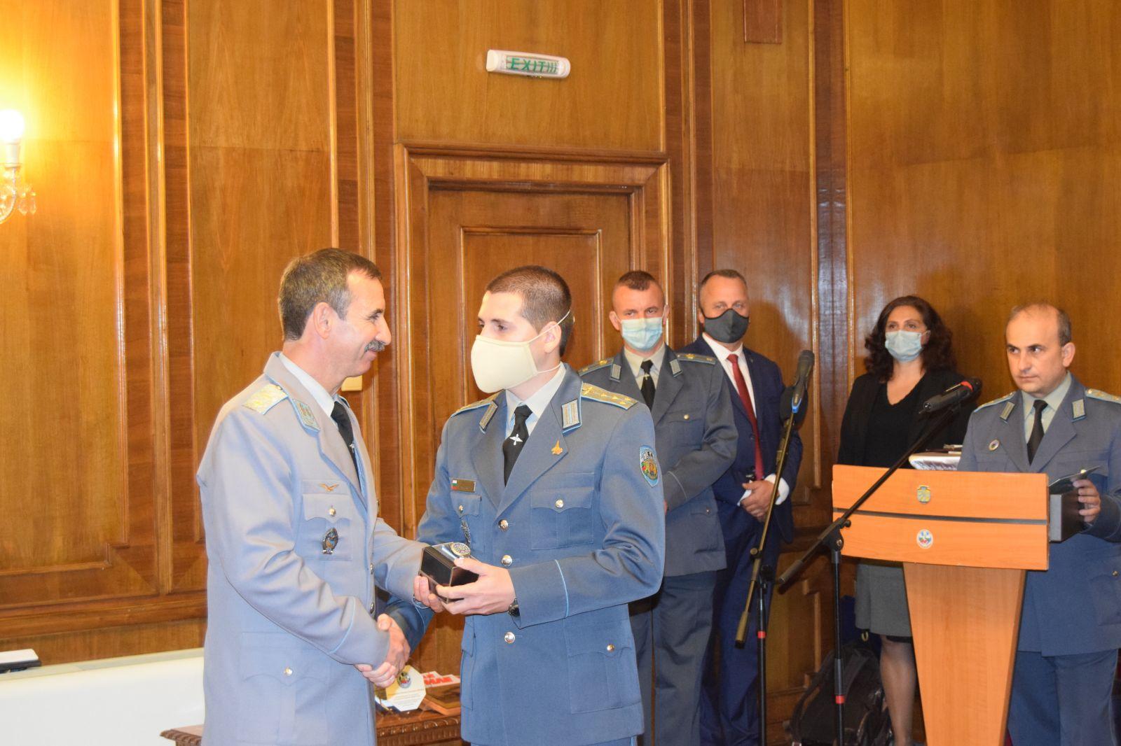 """ГАЛЕРИЯ: Командването на ВВС и българското авиационно списание """"Клуб КРИЛЕ"""" наградиха военонслужещи от ВВС по случай 16 октомври"""