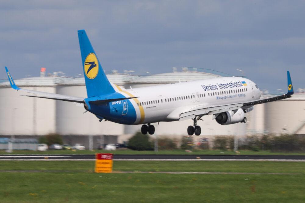 По украински - 13-часов полет с Boeing 737-900ER от Киев до Ню Йорк с междинно кацане в Исландия