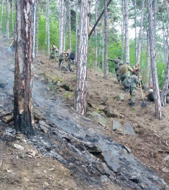 Военнослужещи, техника и вертолет от Българската армия участват в потушаването на пожара над Карлово