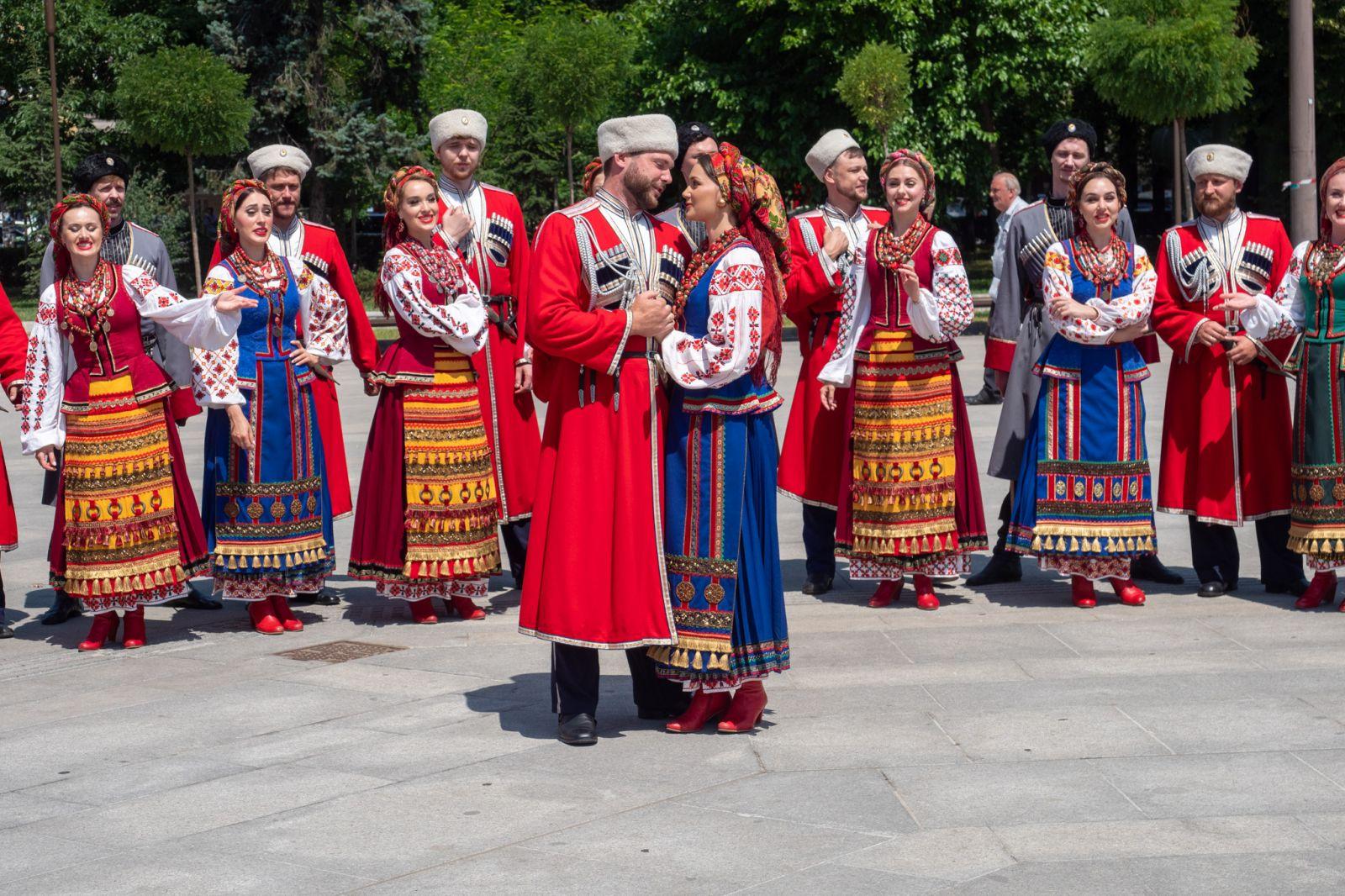Кубанските казаци пяха и танцува със саби пред НДК (ГОЛЯМА КАЗАШКА ГАЛЕРИЯ)