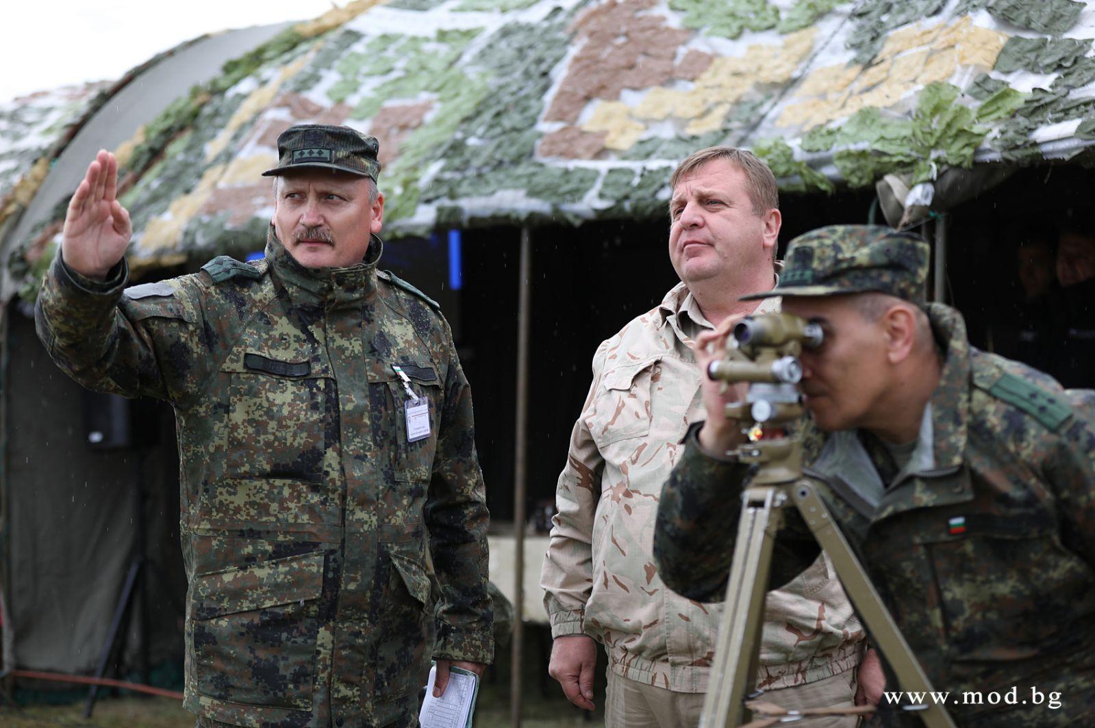 """Министър Каракачанов: """"Възхитен съм от уменията и способностите на випускниците от специализация """"Полева артилерия"""" на Националния военен университет"""""""