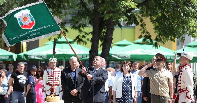 Министърът на отбраната Красимир Каракачанов към ученици в Своге: Носете гвардейското знаме с чест и предайте патриотизма на приятелите си