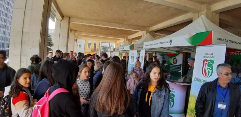 """Във Видин кампанията """"Бъди войник"""" предизвика интереса на стотици младежи към Българската армия"""