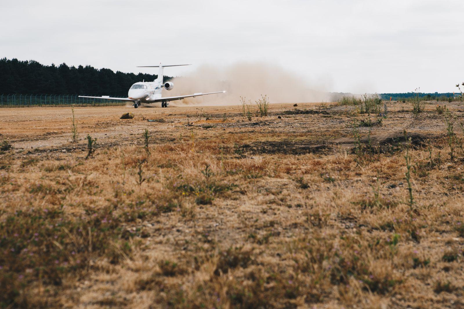 Първо кацане на РС-24 на писта без твърдо покритие (СНИМКИ, ВИДЕО)