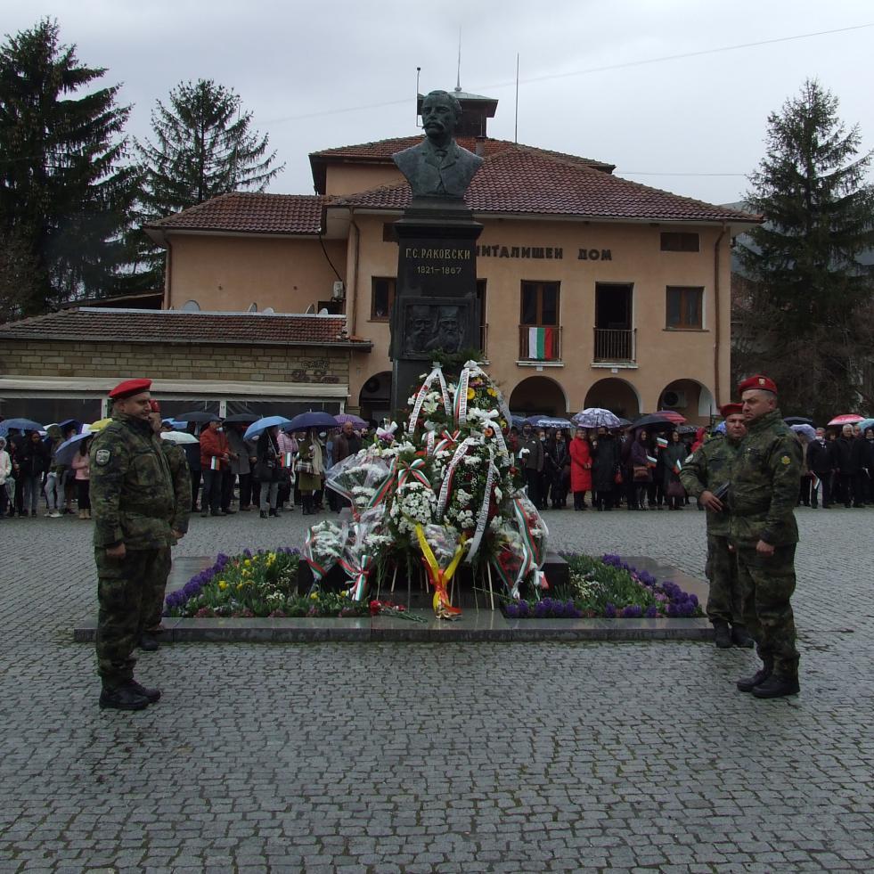 Военнослужещи от Център за подготовка на специалисти–Сливен участваха в честване на 200 г. от рождението на Георги Раковски в Котел