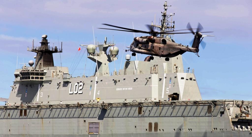 Австралийският десантен кораб HMAS Canberra L02