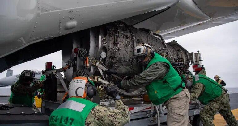Конвертоплан CMV-22B транспортира за първи път двигател F135 до самолетоносач