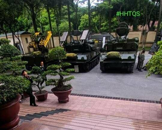 Виетнамските военни показват бойна техника в чест на 11-ия конгрес на ВКП